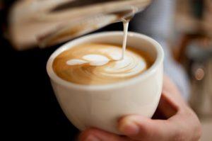 Barista macht Latte Art